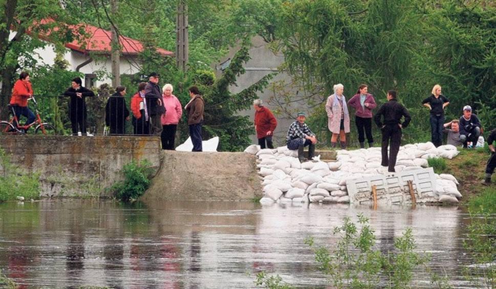 Film do artykułu: Powódź w Łódzkiem. 10 lat temu wielka woda zabrała życie, zniszczyła domy, szkoły, drogi, uprawy. Jak Łódzkie walczyło z powodzią