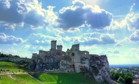 Zamek OgrodzieniecZamek Ogrodzieniec znajduje się 60 km od Krakowa, położony jest oczywiście dziedziniec-zamek-ogrodzieniec na obszarze Jury