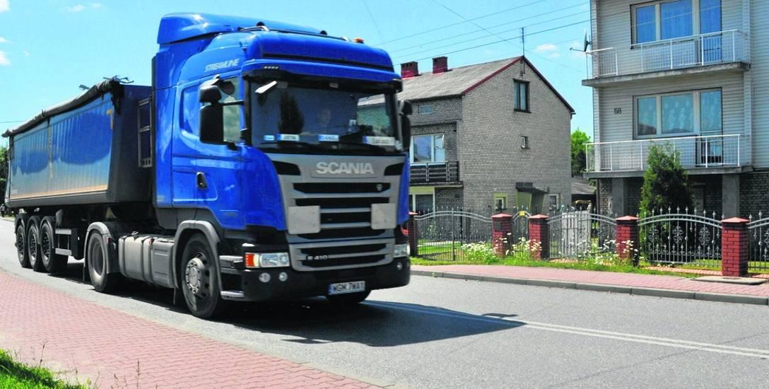 Ul. Hrubieszowską w Sławkowie tylko w ciągu doby przejeżdża prawie tysiąc samochodów ciężarowych