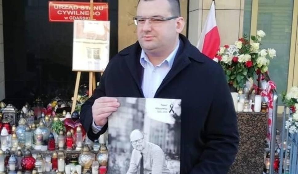 Film do artykułu: Prezydent Skarżyska Konrad Kronig w Gdańsku. Wpisał się do księgi kondolencyjnej, weźmie udział w pogrzebie prezydenta Adamowicza