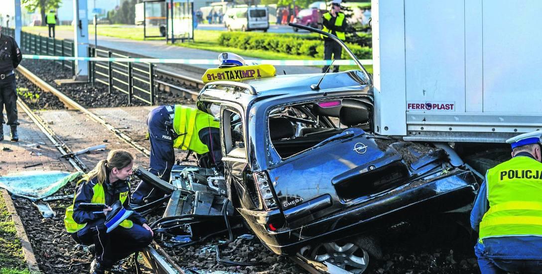 To skutki tragicznego wypadku na rondzie Fordońskim w Bydgoszczy rok temu. Proces kierowcy TIR-a, oskarżonego o jego spowodowanie, wciąż trwa