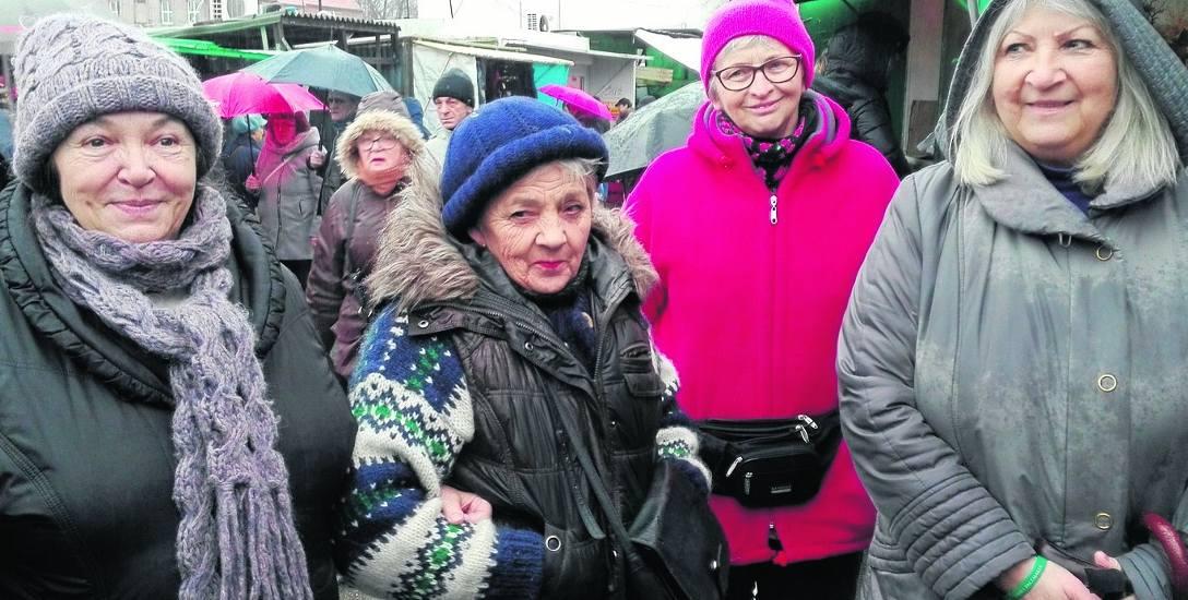 Teresa Konieczna, Teresa Białobłocka, Janina Grędziak i klientka Alina Laszuk podkreślają, że ryneczek przy ul. Owocowej ma swój klimat