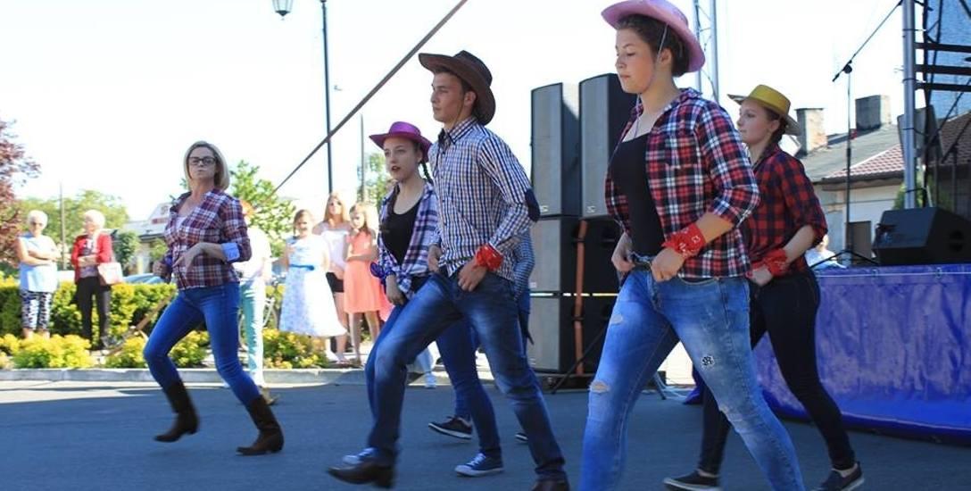 - Taniec liniowy nie jest trudny, daje wiele radości - mówi Joanna Modrzejewska ( pierwsza z lewej). W grupie są chłopcy i dziewczęta z Chodcza, najmłodsza