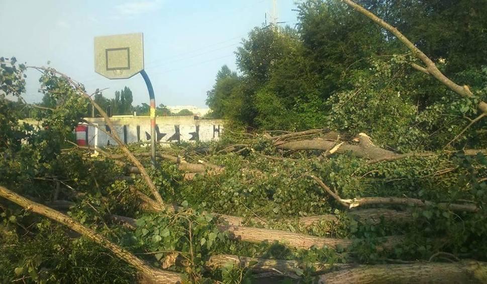 Film do artykułu: Latem burza zniszczyła szkolne boiska w Łodzi. Uczniowie SP 56 w Łodzi nie mają gdzie grać