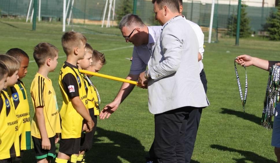 Film do artykułu: Chłopcy z Piłkarskiego Przedszkola Siarki Tarnobrzeg zostali oficjalnie pasowani na piłkarzy. Zobacz zdjęcia