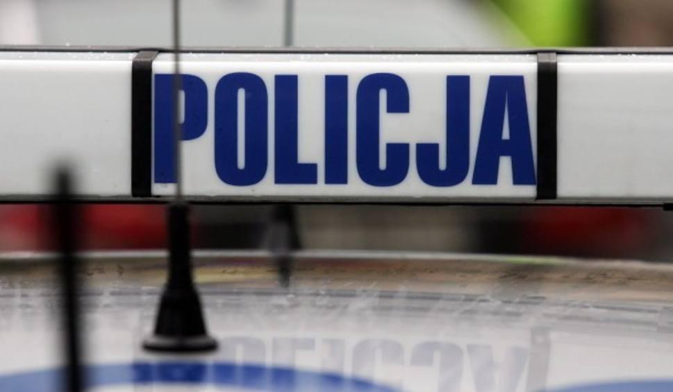 Film do artykułu: Fałszywy alarm bombowy. Policja zatrzymała młodego mężczyznę. Pił alkohol razem z bratem i kolegą