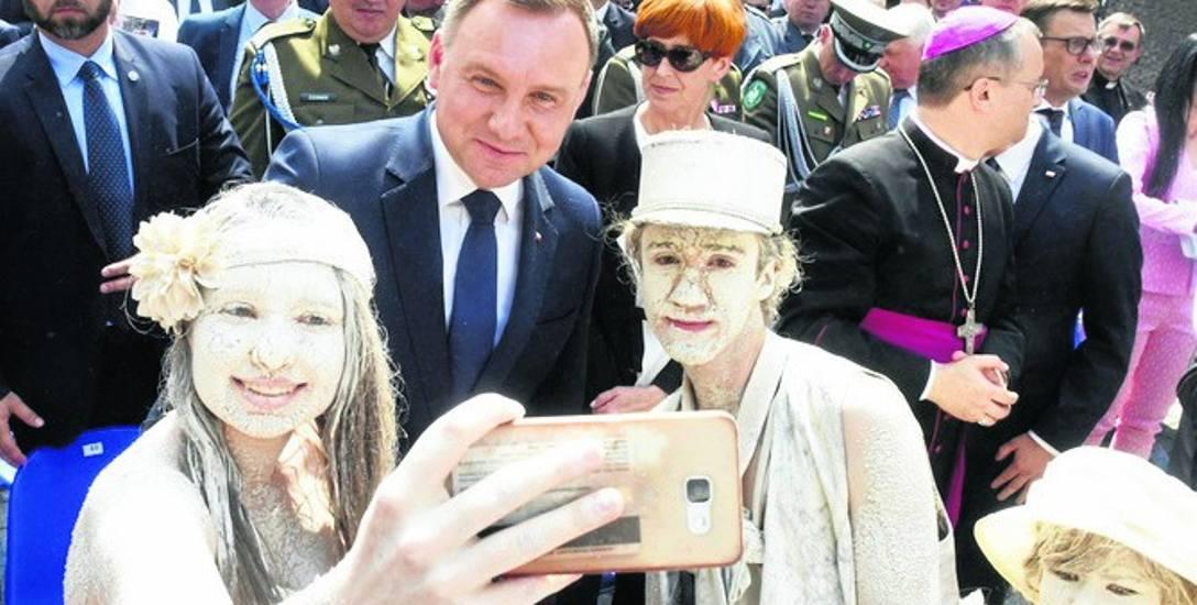 Spod ratusza prezydent przeszedł ulicą Żeromskiego na wystawę pod pomnikiem Bachusa. Dla zielonogórzan była to świetna okazja, aby zrobić sobie pamiątkowe