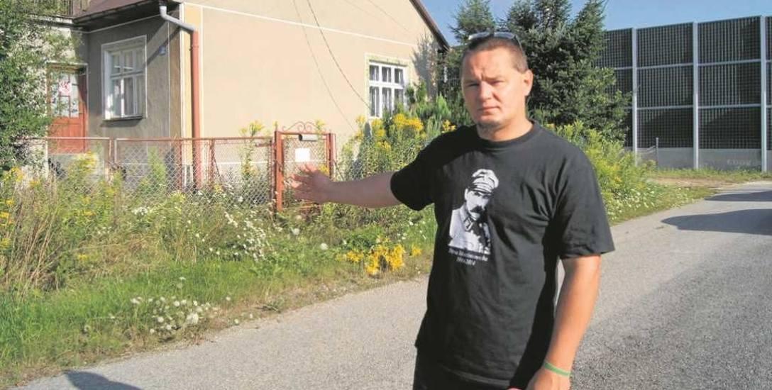 Krzysztof Bogusz przy jednym z opuszczonych budynków. - Nadaje się na lokal komunalny - mówi