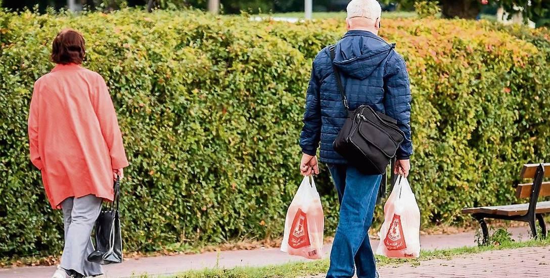 Ograniczenie sprzedaży liczby plastikowych reklamówek będzie miało wpływ na stan środowiska.