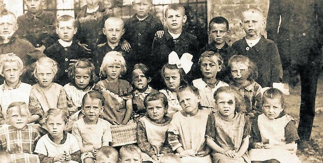 Uczniowie szkoły w Suchej w 1928 r.