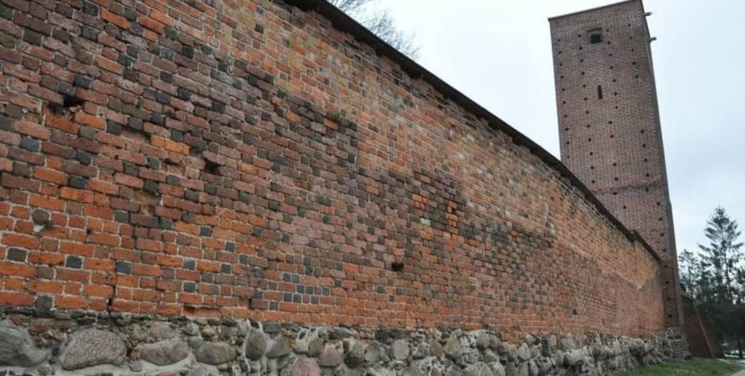 W Byczynie średniowieczne obwarowanie obronne zachowały się niemal w całości, mają 912 metrów długości. Oprócz murów są także trzy wieże: Polska, Niemiecka