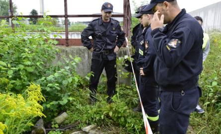 Strażacy podjęli decyzję o zaczopowaniu odpływu z rafineryjnej oczyszczalni ścieków do rzeki. W instalacji był rozcieńczony kwas. Dostał się tam najpewniej