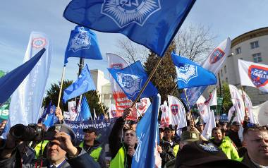 """Protest służb mundurowych. """"Rząd PO-PSL budował przez 8 lat mur między nami"""" [ZDJĘCIA]"""