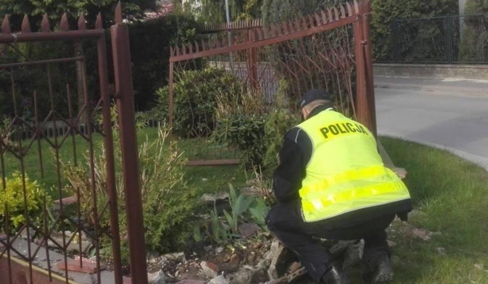 Film do artykułu: Pijana kierująca i dwa zniszczone ogrodzenia. Nocna akcja w Jędrzejowie