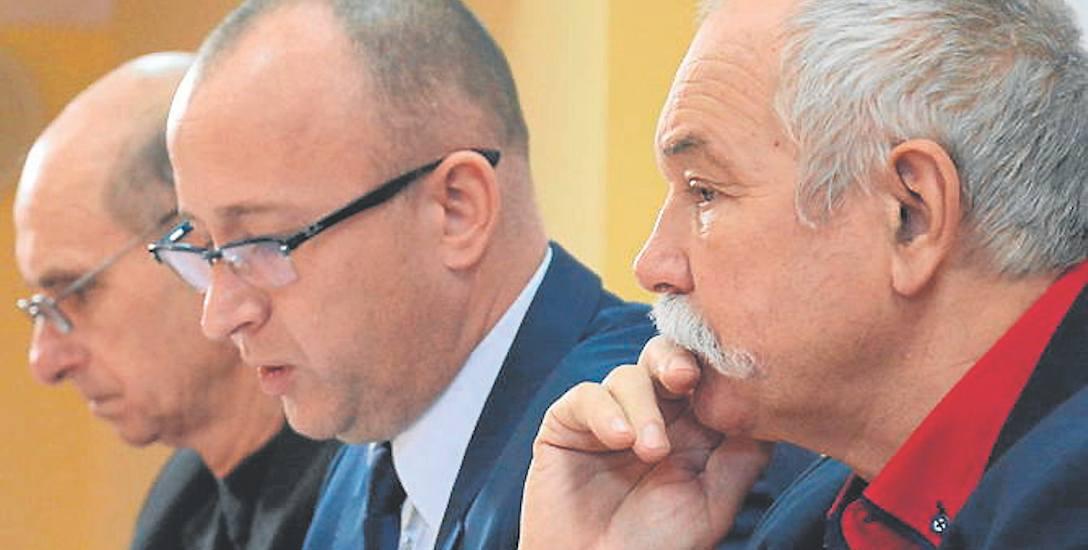 Przewodniczący rady Ireneusz Gendek (w środku) zapewniał, że w ważnych sprawach nie odmawiał mieszkańcom głosu.