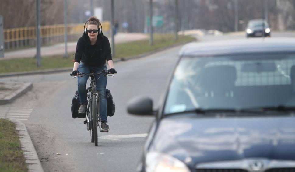 Film do artykułu: Zakaz słuchania muzyki podczas jazdy rowerem? Wkrótce może być za to mandat!