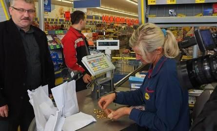 Zarobki w LidluOd 1 marca 2017 roku sieć oferuje nowo zatrudnionym pracownikom od 2550 do 3300 zł brutto w zależności od lokalizacji sklepu. Po dwóch
