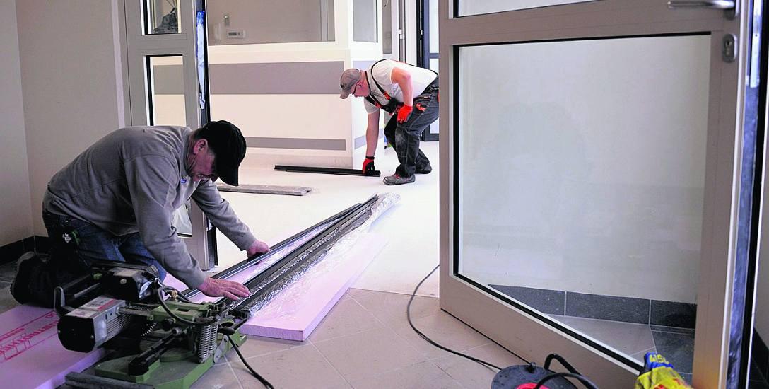 Ekipa budowlana kończy prace na oddziale transplantologii szpiku w szpitalu w Słupsku.