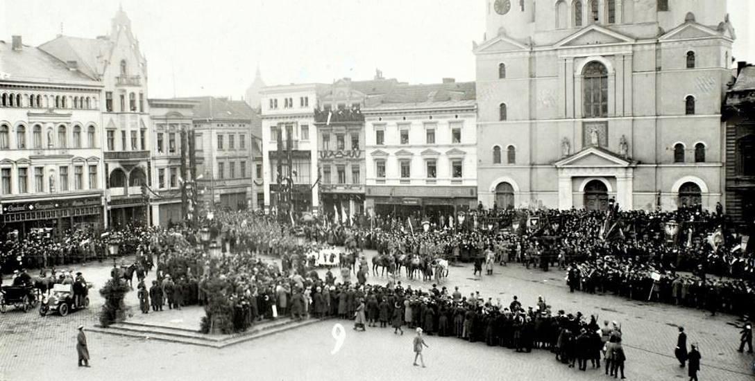 70 lat temu dyrektor biblioteki, Witold Bełza, usiłował przechytrzyć komunistów. Nie udało się. Stary Rynek został pl. Bohaterów Stalingradu