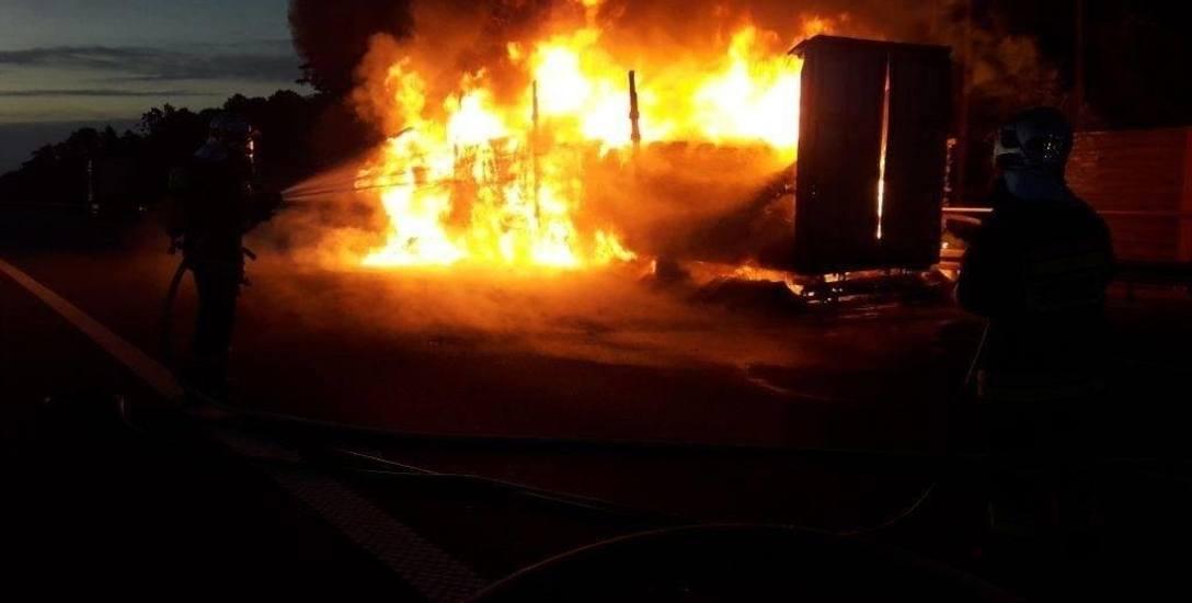 Pożar naczepy na autostradzie w miejscowości Wólka Łasiecka