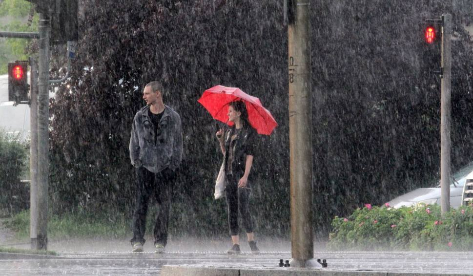 Film do artykułu: Nad Śląsku będą burze z gradem. Zobaczcie burzową mapę pogody. Gdzie jest burza teraz? WIDEO+ZDJĘCIA
