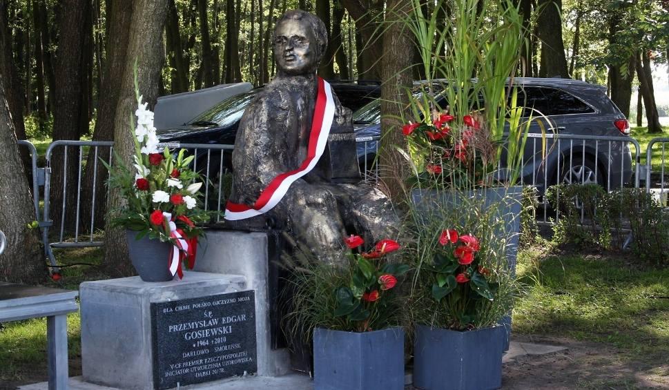 Film do artykułu: Mama śp. Przemysława Gosiewskiego czeka na poprawienie ławki z pomnikiem syna. Mówi się, że postać przypomina George'a Washingtona [zdjęcia]