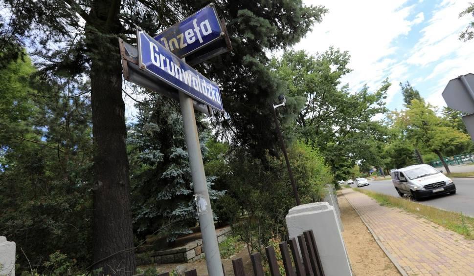 """Film do artykułu: Czytelnicy narzekają na fatalny stan odcinka ulicy Grunwaldzkiej w Toruniu, który prowadzi wprost do Hospicjum """"Światło"""""""