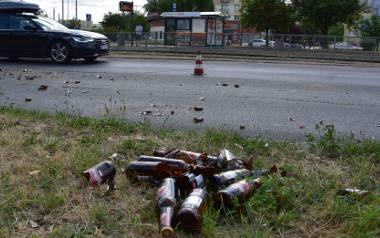 Ulicą Pabianicką przy rondzie Lotników Lwowskich popłynął strumień piwa. Na zakręcie z dostawczego auta wypadło około dwustu butelek