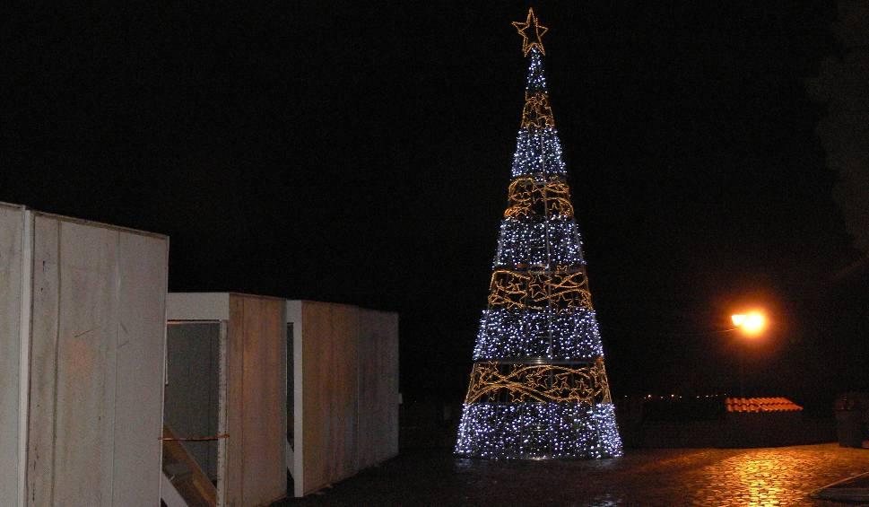 Film do artykułu: Świąteczne ozdoby w Sandomierzu. Iluminacje rozświetlają budynki, drzewa i lampy [ZDJĘCIA]