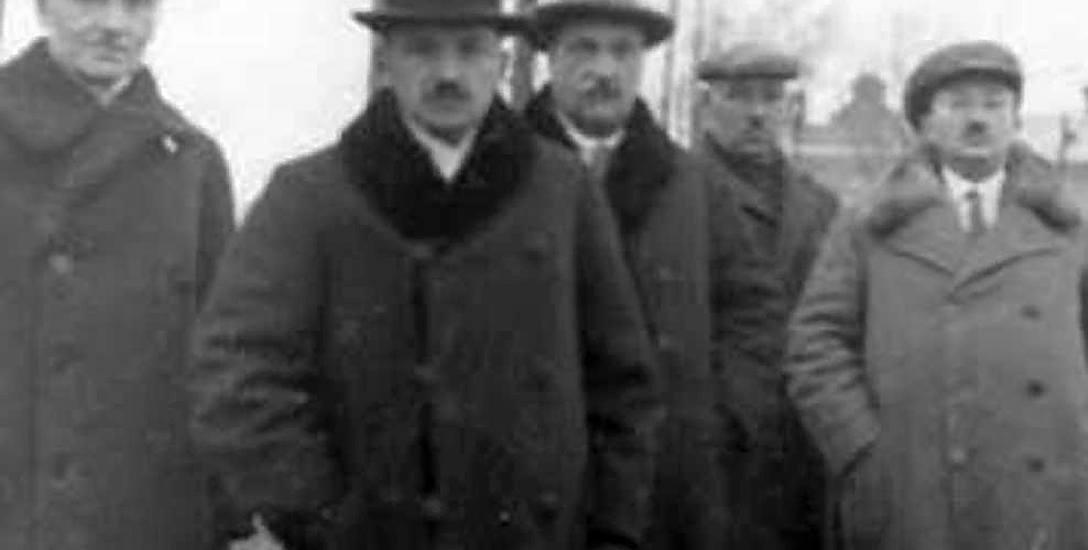 Wojewoda białostocki Karol Kirst (drugi z lewej) na budowie gmachu Izby Skarbowej przy ulicy Mickiewicza. Zbiory Narodowego Archiwum Cyfrowego.