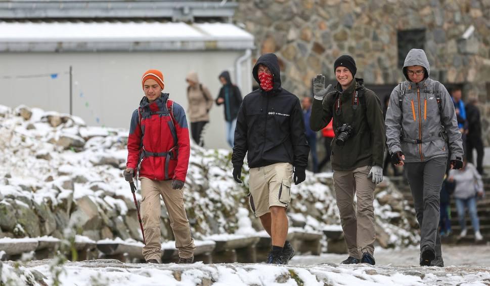 Film do artykułu: Jesienny atak zimy. W górach leży już śnieg. Nocą spadnie w Zakopanem?