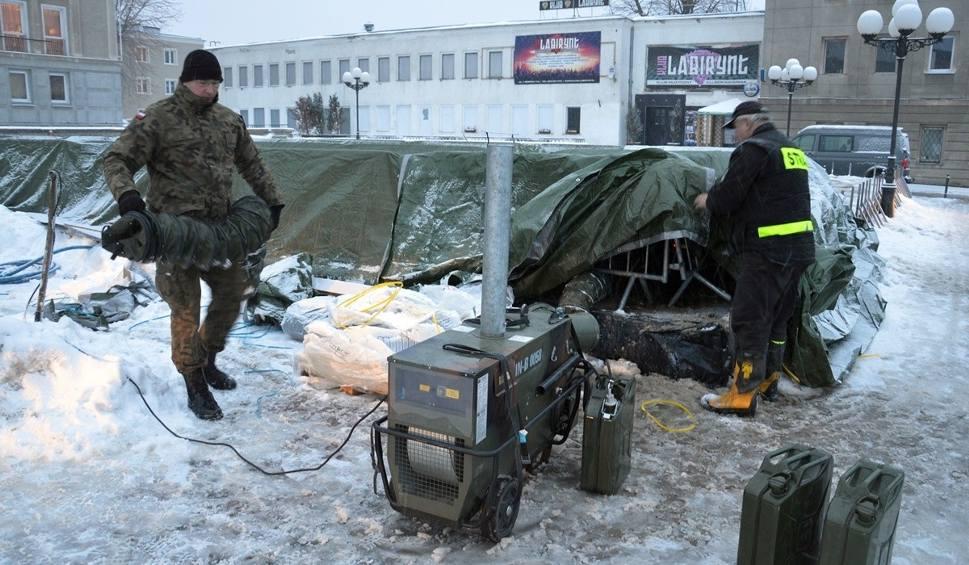 Film do artykułu: Żołnierze Terytorialnej Służby Wojskowej rozmrażają w Stalowej Woli sztuczne lodowisko przed przysięgą wojskową
