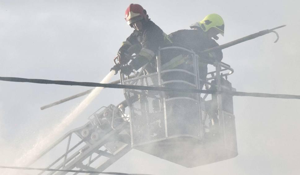 Film do artykułu: Pożar w Stogach 18.02. W ogniu stanął dach budynku, w którym znajduje się sklep. Ogień zauważyła mieszkanka, na pomoc ruszyli sąsiedzi