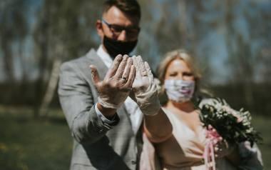 Ślub w czasie koronawirusa rządzi się swoimi prawami. Niewykluczone, że oprócz obecnie wymaganych środków bezpieczeństwa, rząd wkrótce zaostrzy zasady