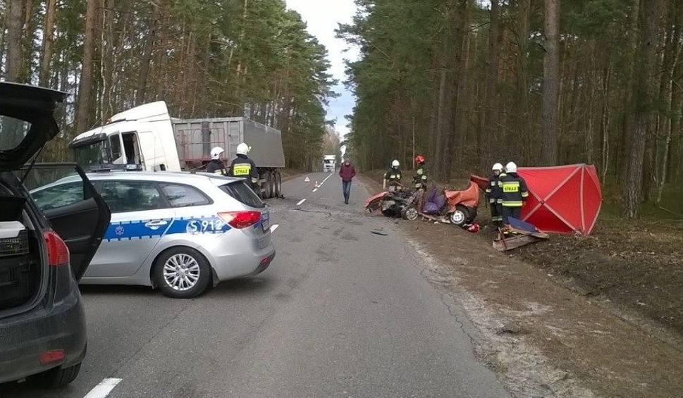 Film do artykułu: Śmiertelny wypadek w gminie Kluczewsko. Zderzyły się ciężarówka i auto osobowe