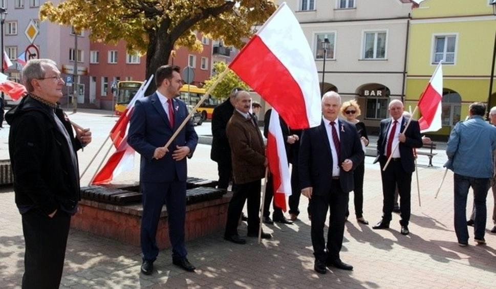 Film do artykułu: Dzień Flagi w Łomży. Uroczyste podniesienie flagi na Starym Rynku (zdjęcia, wideo)