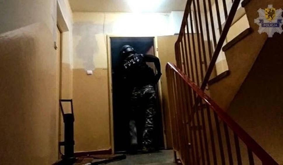 Film do artykułu: Gang sutenerów prowadzących tzw. domówki w Trójmieście rozbity. Zabierali prostytutkom połowę utargu – twierdzą policjanci [zdjęcia, wideo]