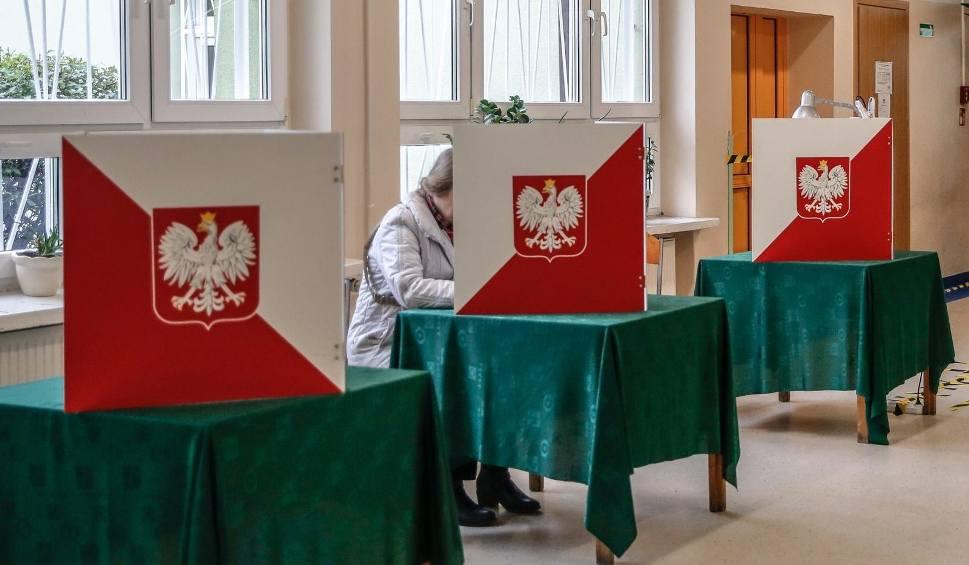 Film do artykułu: Rafał Neumann z KO i Sylwia Leyk z PiS mogą zastąpić w sejmiku wybranych do parlamentu Ryszarda Świlskiego i Magdalenę Srokę