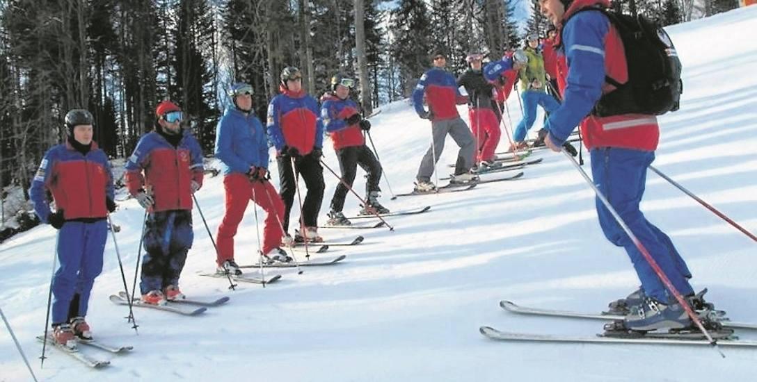 Chętni do służby w Grupie Krynickiej GOPR muszą zdać egzamin z umiejętności jazdy na nartach. Jeżeli się uda, czeka ich szereg szkoleń, podczas których