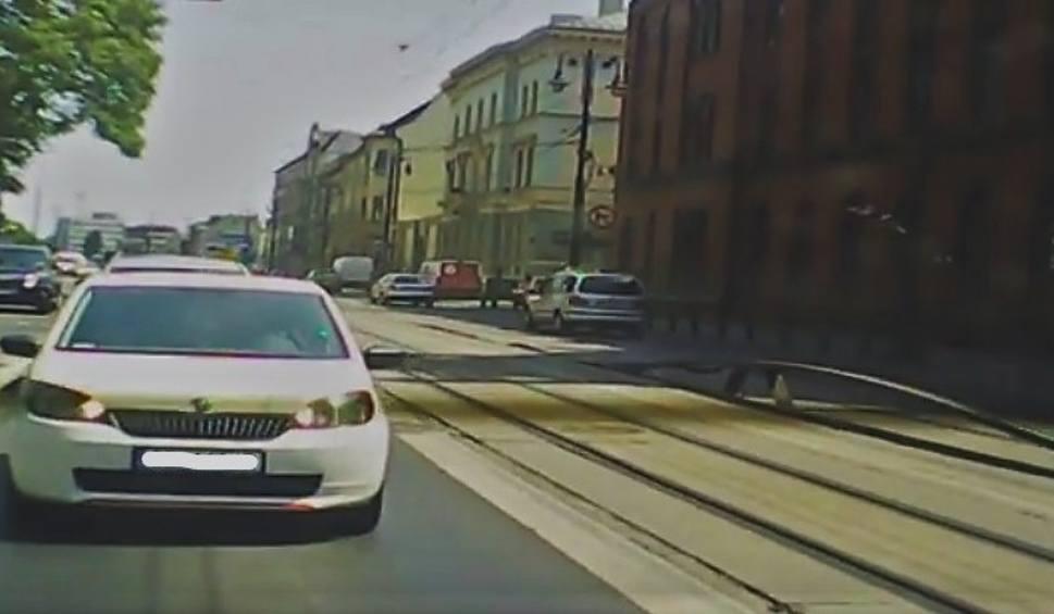 Film do artykułu: W Bydgoszczy tory wystrzeliły w górę. Jest film, na którym widać ten moment [wideo - 18.06.2019]