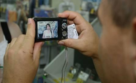 Sony DSC W210S -kKompakt o rozdzielczości 12,1 miliona pikseli z ogniskową obiektywu odpowiadającą zakresowi 29,7-118,8 milimetrów. Aparat posiada funkcję
