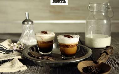 Marocchino Fondente SKŁADNIKINa 1 porcję•1 espresso•wiórki ciemnej czekolady •gorzkie kakao w proszku•czarny pieprz mielony•gorąca, mleczna piankaPRZYGOTOWANIEW