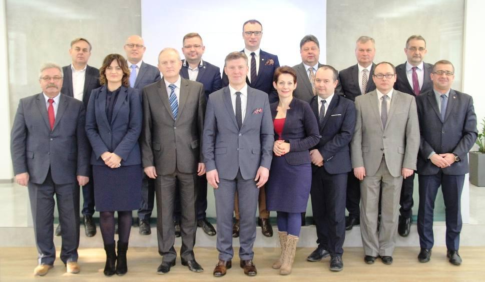 Film do artykułu: Ważne spotkanie w starostwie w Radomiu. Mówili o modernizacji dróg i wsparciu wydarzeń promocyjnych. Które drogi będą remontowane? [LISTA]
