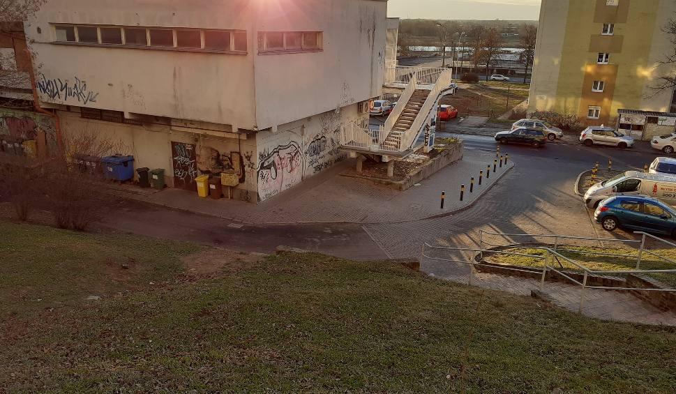 Film do artykułu: Mieszkaniec os. Słonecznego w Gorzowie wyrzucał... odchody przez okno