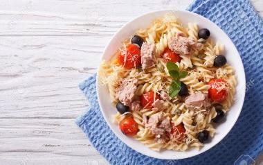 Tuńczyk - przepisy na kilka sposobów. Sałatka z makaronem lub ryżem, stek... Sprawdź sam!