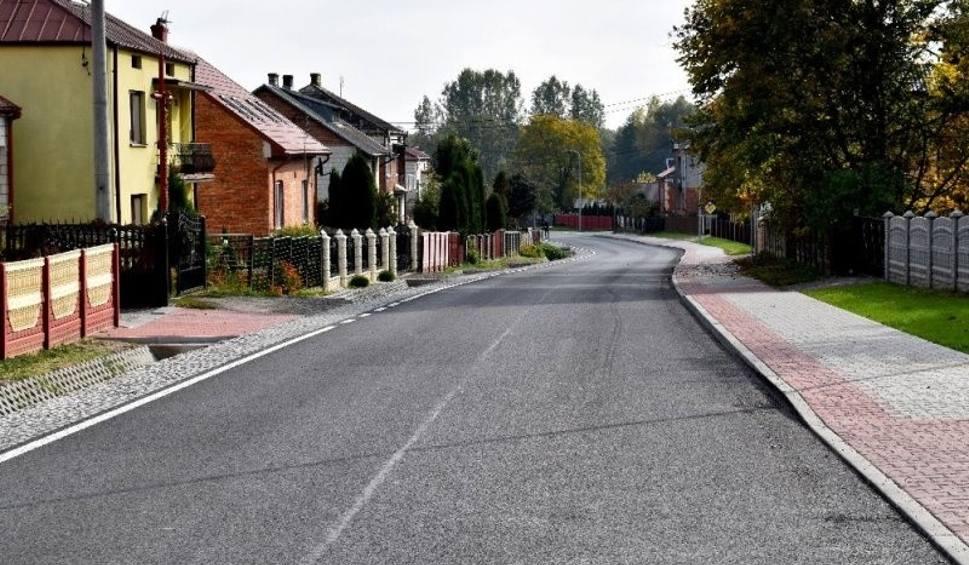 Film do artykułu: Kolejne drogi powiatowe wyremontowane. Zobacz co zrobiono na czterech odcinkach dróg w gminach: Staszów, Łubnice, Bogoria [ZDJĘCIA]