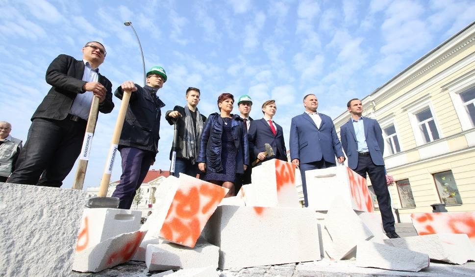 Film do artykułu: Kandydaci Nowoczesnej kruszyli beton partyjny i administracyjny na kieleckim Rynku