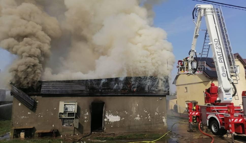 Film do artykułu: Pożar w Sobowidzu. 20.04.2021 r. Pali się budynek mieszkalny! Ewakuowano mieszkańców, z ogniem walczy 10 zastępów straży pożarnej