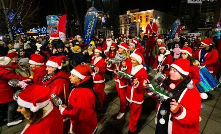 Parada Mikołajów rozpoczęła Jarmark Bożonarodzeniowy w Szczecinie. Iluminacja najwyższej choinki [ZDJĘCIA]