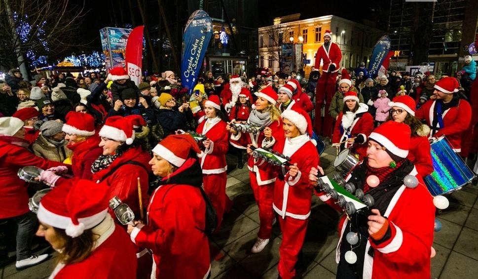 Film do artykułu: Parada Mikołajów rozpoczęła Jarmark Bożonarodzeniowy w Szczecinie. Iluminacja najwyższej choinki [ZDJĘCIA]